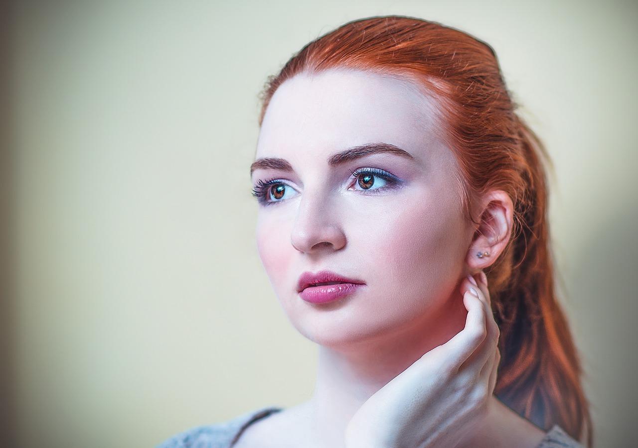 Ognisty rudy Joanna – Rude włosy dla odważnych kobiet.